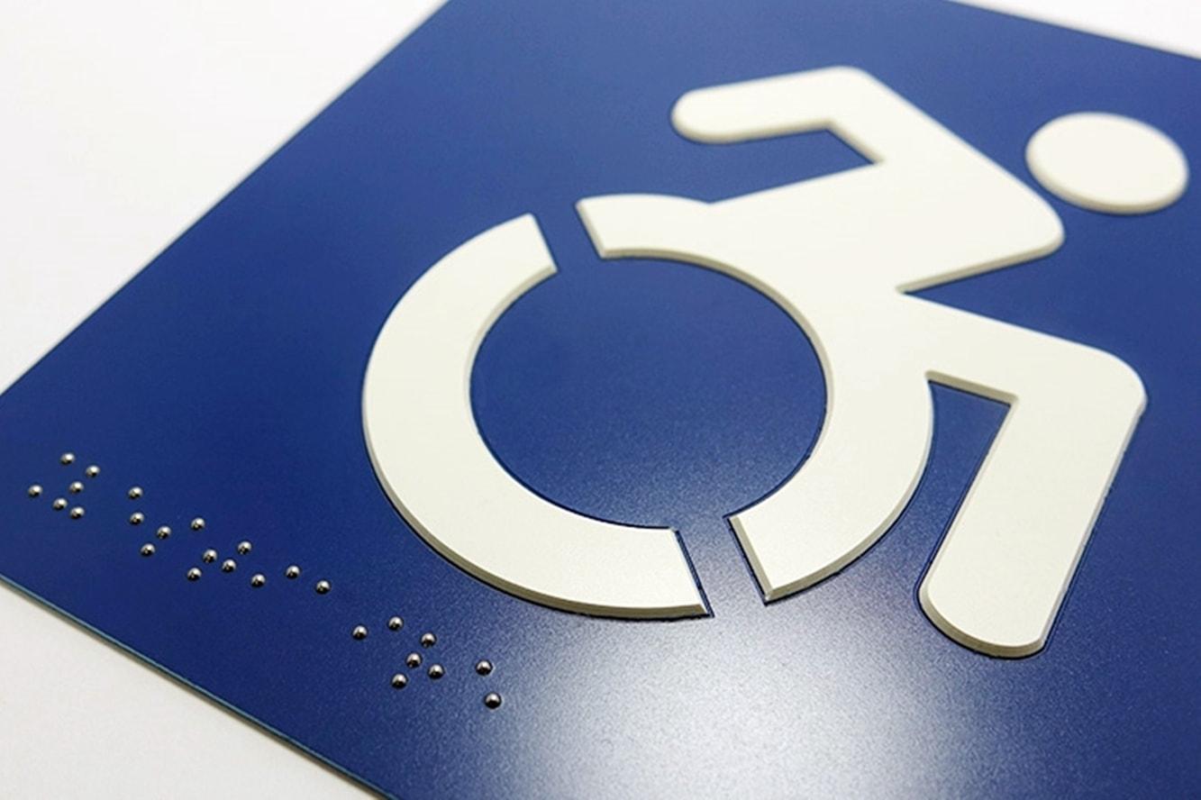 accessibilite-panneau-signaletique-braille-relief