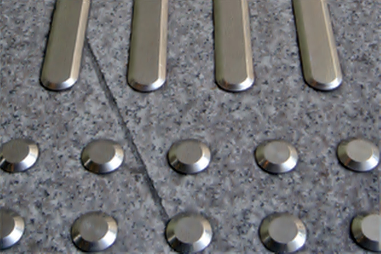 accessibilite-podotactile-bandes-clous-podotactile