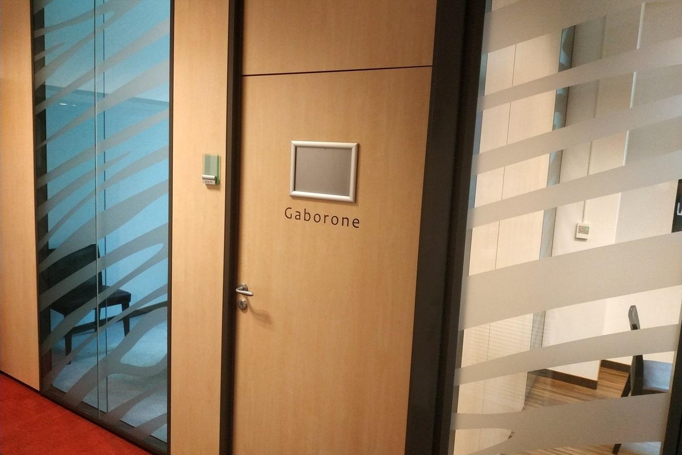 decoration-vitrophanie-nom-salle-porte-zebre
