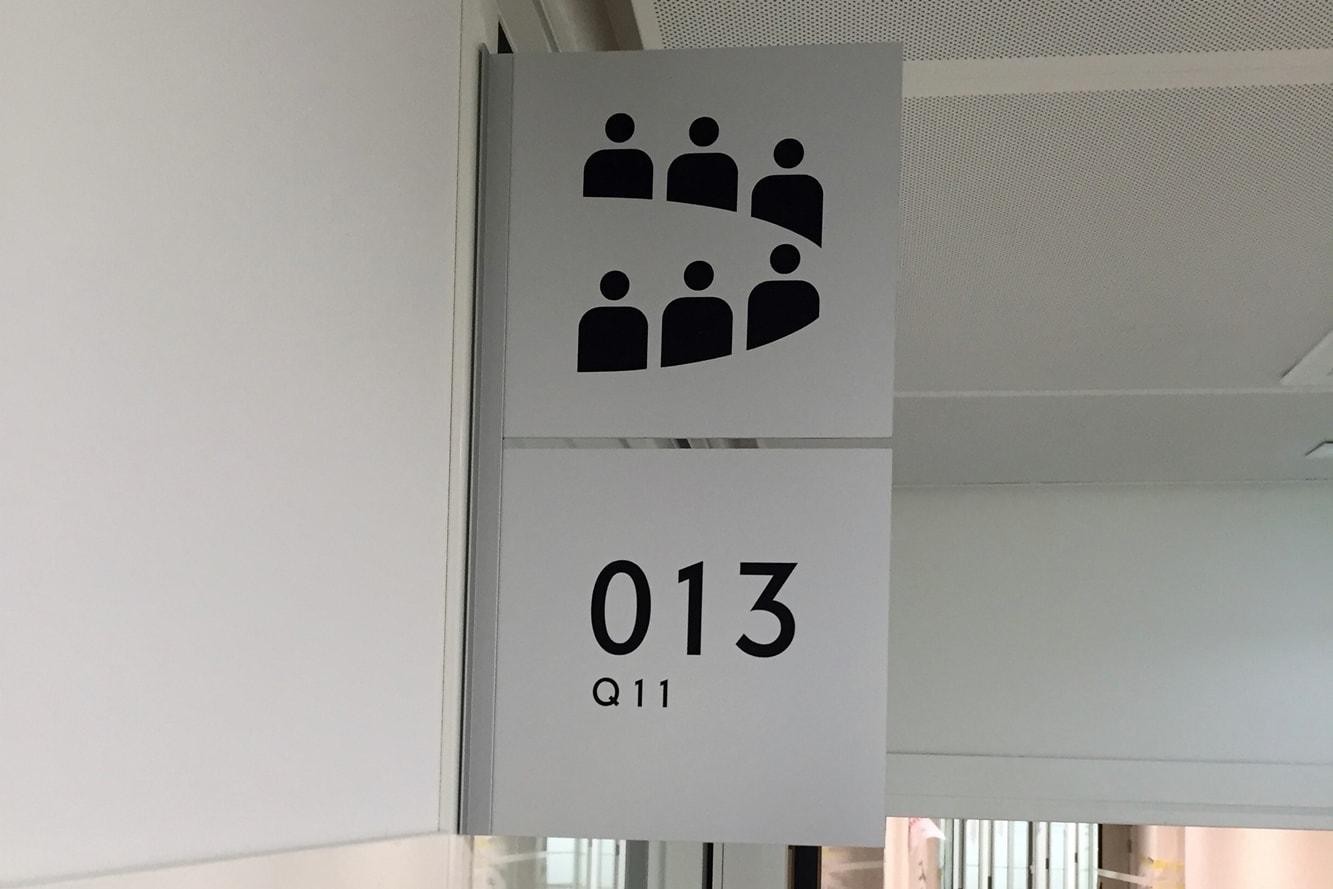 signaletique-bureau-drapeau-salle-reunion