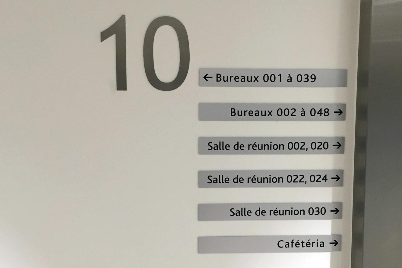signaletique-entreprise-directionnelle-numero-service-visiteurs